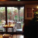 サザ コーヒー - 1番奥のパッチワークのお部屋からテラス席を臨む