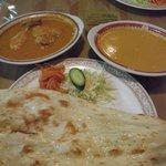 インドレストラン モティ - チキンカレーとエビカレーのセット(各\950)