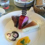 マンマパスタ - デザート3種盛り!  ワゴンサービス ケーキ、プリン6種類 + ジェラート1種類 の中から3種類選び店員の方がその場で盛り付けして下さいます!