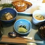 61567497 - (2017年1月 訪問)旬の焼き魚御膳、980円。もう少し彩が欲しいが嬉しい一汁三菜。