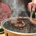 焼肉すどう 春吉 - プロの焼き師が目の前でベストな状態に焼いてくれるので、余計な気遣い要らず! 強力ダクトのお陰で、ほとんど焼肉臭くなりません。