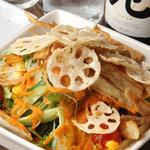 晴れる屋 - 人気、リピート率共にNo.1のやみつきサラダ野菜たっぷりで野菜不足解消です。