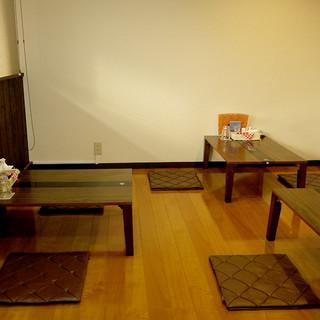 カウンター席・テーブル席の他に座敷もあります。