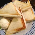 東亜コーヒーシヨツプ - タマゴとモッツアレラチーズとトマトのホットサンド