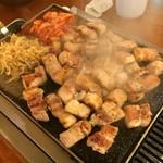 チーズとお肉の韓国料理 ベジテジや - 店員さんが全て焼いてカットしてくれます。