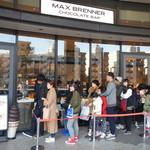 MAX BRENNER CHOCOLATE BAR - お店に並ぶ行列