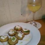 ワイン食堂wabisuke - [料理] いぶりがっこ & チーズのカプレーゼ / グラスワイン (白)