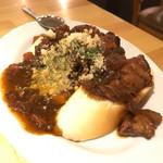 炭焼バル SACHI - 上富良野産黒毛和牛の鉄鍋すじ煮込みとパン