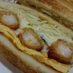 61606873 - 熱々サクサクの海老フライ3本に、薄焼き玉子とキャベツ、タルタルソースが合う!
