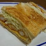 61606877 - こんがりトーストされたパンに、ボリュームある具がぎっしり