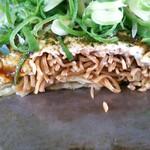 キミッツお好み焼 - 麺の色が日本そばwww