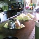 キミッツお好み焼 - 料理写真:蒸し焼き中(^^)