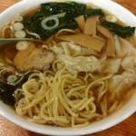 中華料理彩虹 - ワンタン麺の麺。