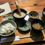 筥崎とろろ  - 「筥とろ御膳」(1,600円)。牛タン焼き、とろろ、小鉢、麦飯、味噌汁、漬物という内容。麦飯のおかわりOK。