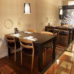 粋酔 廣 - ガラスとミラーでモダンでおしゃれな空間のテーブル席です。