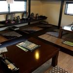 鈴乃屋 - 座卓とカウンター席
