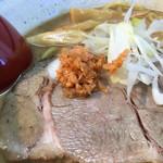 札幌鮭ラーメン麺匠 赤松 - チャーシューの上にはラー油が沁みた鮭フレーク (東武池袋店 北海道展)