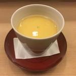 61634415 - 葛などでとろみをつけない蛤出汁を張った茶碗蒸し。激柔らかい。ふわふわ。限界点。カツオも下には感じる。混ざり合う美味。