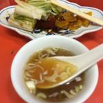 陽華楼飯店 - 絶品スープと大量、漬物です。