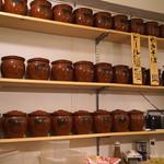 手打ち麺やきそば専門 真打みかさ - たぶん、特製ダレの入った壷の棚