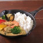 野菜を食べるカレー camp - シーフードと彩り野菜のタイ風グリーンカレー