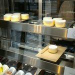 61651534 - チーズケーキいっぱいおいてます。