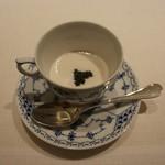 61652963 - 河豚の白子にペルシュウ(ボンダボンというお店の生ハム)とパルマハムと金華ハムで出汁を取ったスープ キャビア乗せ
