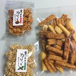 高砂製菓株式会社 - 料理写真:揚げパスタ  税込200円  揚げせんべいのこわれ 税込150円