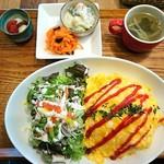 ヒトトキ - チキンライスのオムライス。デザートはイチゴと白玉と小豆。