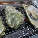 海の公園かき小屋 - 早速牡蠣から焼きに入ります。