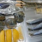 海の公園かき小屋 - 牡蠣のアヒージョ、真鰯、海老串、ホンビノス貝、カットレモン、バター。