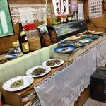 田子作 - 大皿料理が並ぶ