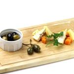 ダンスキューブ・カフェ - チーズとオリーブ盛り合わせ