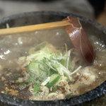 ニューラーメンショップ イセヤ - 肉汁つけ麺のつけ汁、沸騰中。2010年12月撮影。