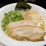 麺屋 鉄風 ミヤマチ - 煮出シ鶏骨塩ラーメンは鶏白湯スープに、刻んだ生玉ねぎ、大きなチャーシュー、長ネギ、メンマ、海苔がトッピングされた一品。