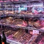 61671928 - 本厚木1号店は40日、こちら多摩センター店の新しい硝子張り熟成庫なら20日でお肉の熟成は完了します。遠赤外線+マイナスイオンだそうで、黴が発生しにくいらしい。高かったのでしょうね(笑)。
