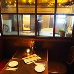 サントラントヌフ - 列車のコンパートメントのような窓際の席