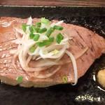 酒と肴 じん - 直火で焼くマグロステーキ。日本酒に会います。