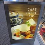 CAFE FREDY - 通りの看板