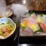 俺の魚を食ってみろ!! - ◆俺の玉手箱膳(1000円:税込)・・お刺身が入った箱のふたを開けると「ドライアイス」の演出。