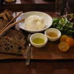 61682686 - パン盛りセット、リコッタチーズ添え オリーブオイルと蜂蜜、金柑とイチジクと、ラテ・マッキャート1