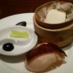 61691036 - 自家製釜焼き北京ダック チャイナ蒸しパンと共に