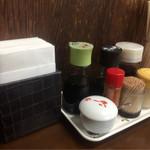 ハロー - 料理写真:テーブルの調味料