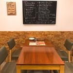 Kitchen&Bar UNION - ゆったり座れるテーブル席。