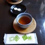 鍵善良房 - (2016/12月)落雁(菊寿糖)とほうじ茶