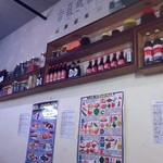 按田餃子 - カウンター前の壁面はオリエンタルムード満載!