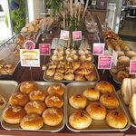 ジョルノス - 約40種類のパンが並ぶ店内