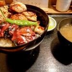 鳥与志 - 焼き鳥丼と味噌汁
