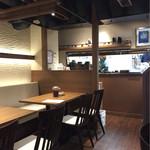 悠讃 - テーブル席と壁際のカウンター席