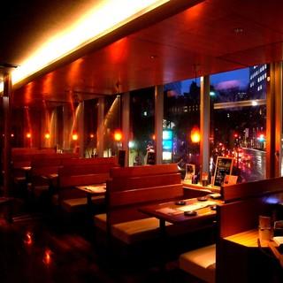 夜景の見えるテーブル席。デートや少人数の飲み会におすすめ♪